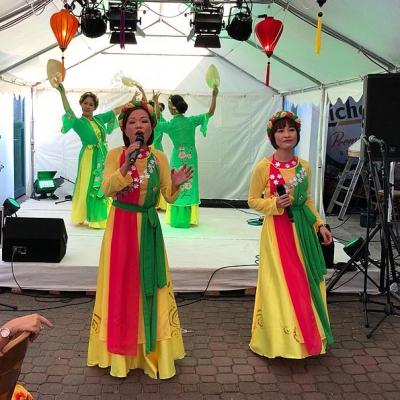 Zwei Tänzerinnen zwei Sängerinnen und Technik Asia Abend - Die kleine Kneipe Lämmerspiel